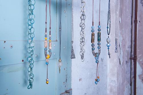 fair trade sieraden gemaakt van diverse soorten kralen